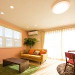 家族が集まりコミュニケーションをとるリビングは壁や家具の色を温もりある色彩にしました(居間)